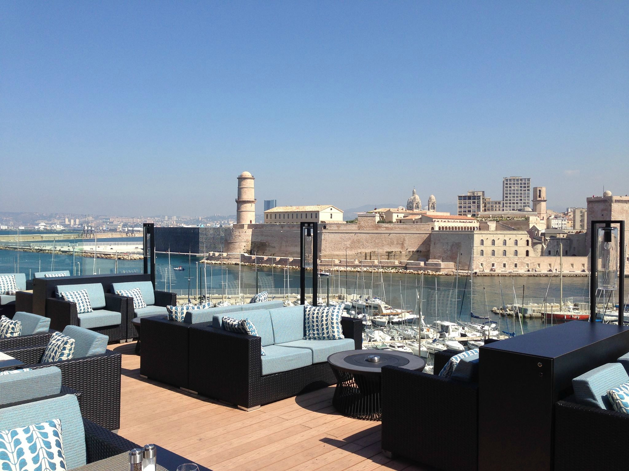 chuuut on craque pour la toute nouvelle terrasse du sofitel marseille vieux port chutmonsecret. Black Bedroom Furniture Sets. Home Design Ideas
