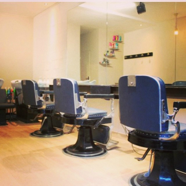 Decoration salon de coiffure pour homme for Salon de coiffure ouvert lundi