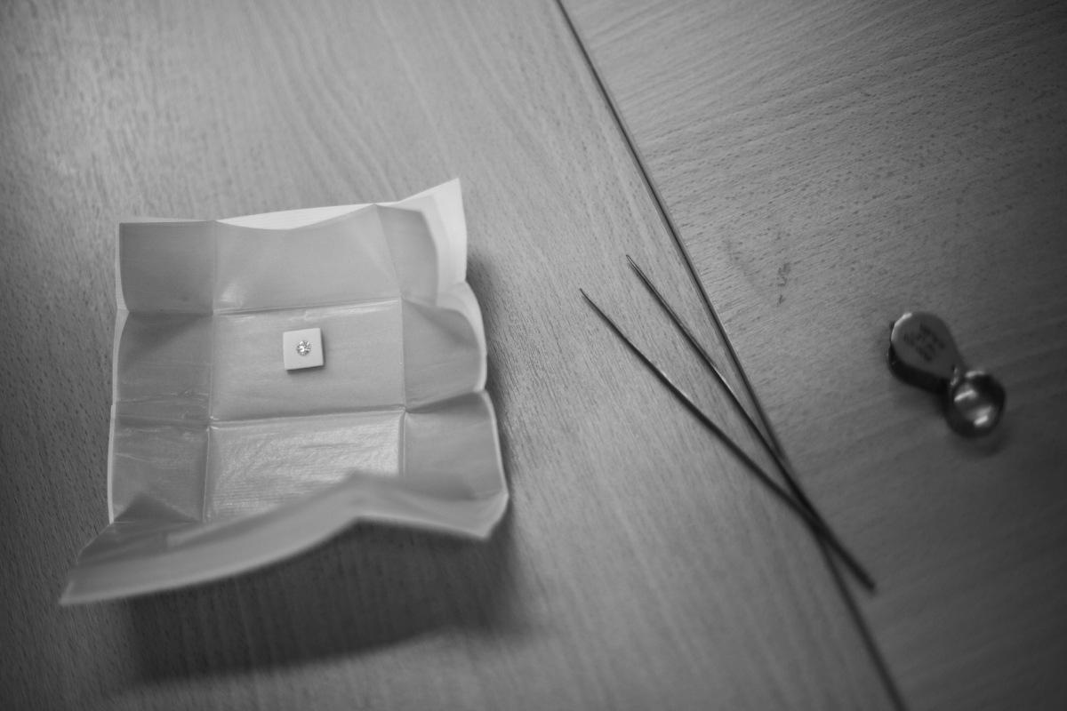 La loupe, outil indispensable du joaillier pour juger de la qualité et des défauts d'une pierre.
