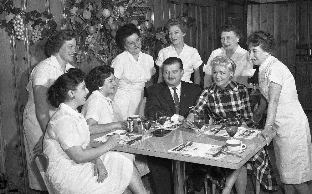 photo-chicago-pines-steak-house-restaurant-interior-owners-and-waitresses-gathered-around-1960